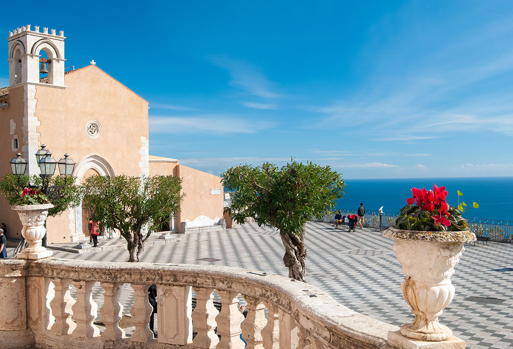 Piazza IX Aprile and its lookout in Taormina